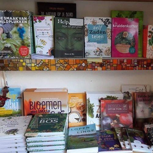Diverse boeken en kaarten